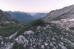 Extrem terräng för hög höjd, maximum för stenigt berg och ojämn kant, med scenisk dramatisk stormig himmel Bred vinkelsikt i pane royaltyfri foto