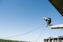 Extrem trägt Ropejumping zur Schau lizenzfreies stockbild