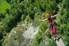 Extrem trägt Ropejumping zur Schau stockbild