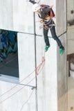 Extrem trägt Ropejumping zur Schau lizenzfreie stockfotografie