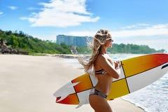 Extrem vattensport surfa Flicka med spring för strand 0Surfboard Arkivbild