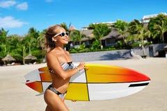 Extrem vattensport surfa Flicka med surfingbrädastrandspring Arkivfoto