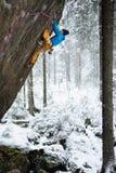 Extrem vintersport Vagga klättrareklättringen i härligt stenigt område Affärsföretagsportar arkivbilder