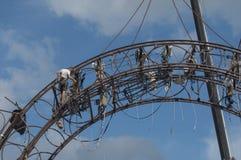 Extrema arbetare rider en dragning i staden Arkivbilder