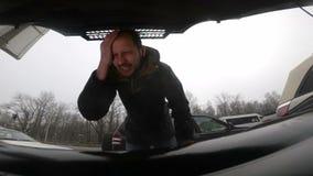 Extrema bil- och ilskaproblem överhettad motor stock video