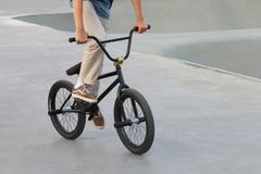 Extrema cyklistdrev i special sportplaygorund Arkivfoton