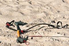 Extrema sport, kiteboardhandstänger och kablar i sand Royaltyfria Foton