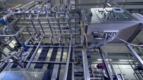 Extremadamente - la opinión baja sobre una caja de control de la fábrica de la lechería conectó con los tubos 4K almacen de video