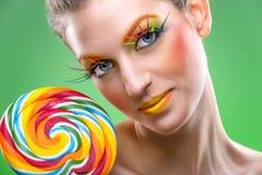 Extremadamente la piruleta colorida de la belleza, viene con maquillaje a juego fotos de archivo libres de regalías