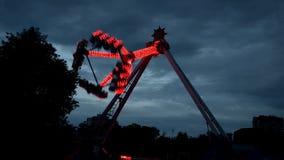 Extreme aantrekkelijkheid in Lunapark, met verschillende die lichten, in dark in het werk worden gefilmd stock footage