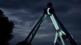 Extreme aantrekkelijkheid in pretpark, met veranderende lichten, in dark in het werk stock videobeelden