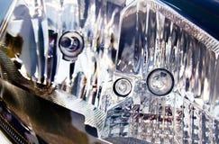 Extreme abstrakte Nahaufnahme des Fahrzeug-Scheinwerfers Stockbilder