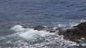 Extreme Atlantische golven die kust verpletteren stock footage