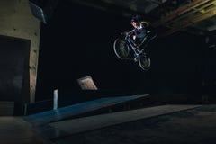 Extreme Bmx-Truc in skatepark royalty-vrije stock afbeeldingen