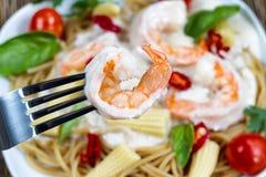 Extreme closep van gekookte garnalen op vork Stock Afbeelding