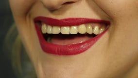 Extreme dichte omhooggaand van sexy lip Vrouw die haar lippen in een sexy verleidelijk gebaar samentrekken Langzame Motie stock videobeelden