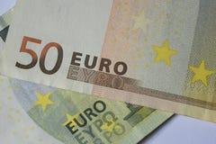 Extreme dichte omhooggaand van twee euro rekeningen Royalty-vrije Stock Foto's