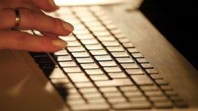 Extreme dichte omhooggaand van vrouw het typen op toetsenbord stock video