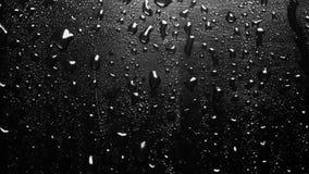 Extreme Dichte omhooggaand van Waterdalingen op Zwart Metaal stock video