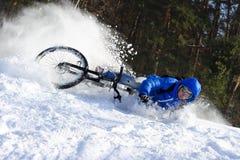 Extreme fietser die neer vallen stock foto's