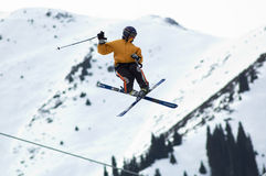 Extreme Fliege des Skifahrers Lizenzfreie Stockfotos