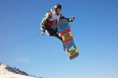 Extreme Fliege des Snowboardmannes Stockfoto