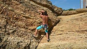 Extreme Klimmer die op een Rots beklimmen stock videobeelden