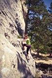 Extreme klimmer op de rots Stock Foto's