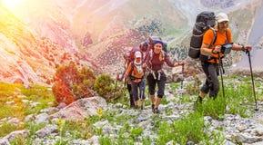 Extreme klimmers die omhoog door elkaar gooien Stock Foto's