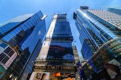 Extreme Perspektive von Wolkenkratzern im Times Square. Lizenzfreie Stockfotografie