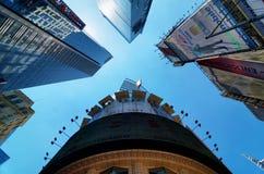 Extreme Perspektive von Wolkenkratzern im Times Square. Lizenzfreies Stockbild
