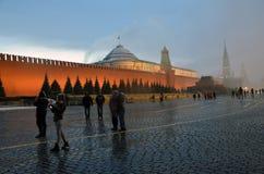 Extreme Schneefälle auf dem Roten Platz in Moskau stockfotos