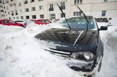 Extreme Schneefälle - aufgefangenes Auto Stockbild