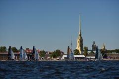 Extreme segelnde Reihe in St Petersburg, Russland Lizenzfreie Stockfotos