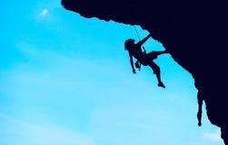 Extreme sport De rots-klimmer tijdens rotsverovering Stock Fotografie