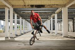 Extreme sport op BMX-fiets stock fotografie