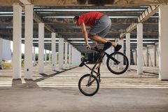 Extreme sport op BMX-fiets royalty-vrije stock afbeeldingen