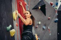 Extreme sport, spanningshulp, het bouldering, mensen en gezond levensstijlconcept royalty-vrije stock foto's