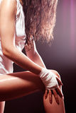 Extreme sportenvrouw die en been uitrekt masseert Royalty-vrije Stock Foto's