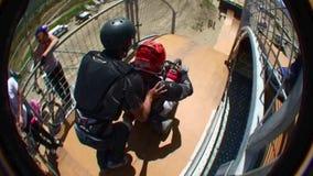 Extreme Sportgeschwindigkeitsrampe, die 2 springt stock video footage
