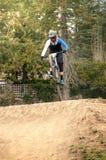 Extreme sprong op een fiets in bos Royalty-vrije Stock Afbeelding