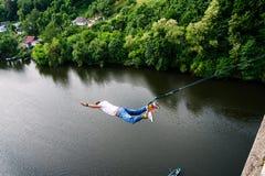 Extreme sprong van een 42 m hoge voetbrug Royalty-vrije Stock Foto