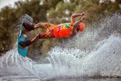 Extreme sprongen op de raad op het water Royalty-vrije Stock Afbeelding