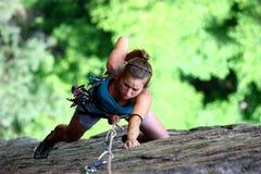 Extreme vrouwelijke klimmer stock foto