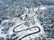 Extreme weer windende die weg in de winter met sneeuw wordt behandeld Stock Foto