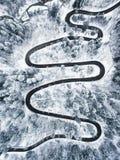Extreme windende weg in de bergen in wintertijd Stock Foto