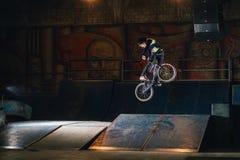 Extremer Bmx-Trick im skatepark lizenzfreie stockfotografie