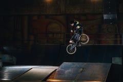 Extremer Bmx-Trick im skatepark lizenzfreies stockbild