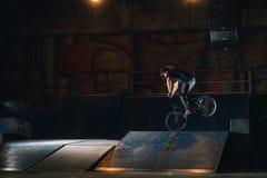 Extremer Bmx-Trick im skatepark stockbilder
