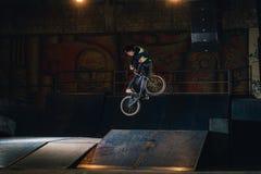 Extremer Bmx-Trick im skatepark lizenzfreie stockbilder